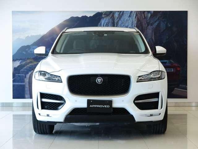 Jaguar F-Typeよりデザイン的にインスピレーションを得たF-PACEは、スポーツカーのDNAが息づくハイパフォーマンスSUVとして誕生し、現在も変わらぬ人気を博しています。
