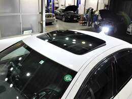 サンルーフが装備されております。明るく開放感があります。車内の換気にもお役立ちいたします。