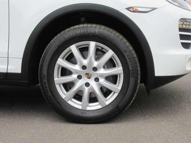 足回りは特選ダブルスポーク22インチ Mグレースポークアルミホイールタイヤ新品 AWワイドキャリパーのワイドタイヤ新品ワイドトレッドアルミ装着、