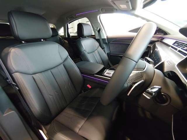 たっぷりと上質なレザーが奢られたラグジュアリーな空間が広がります。ホールド性の高いシートにはヒーテイング機能付きです。