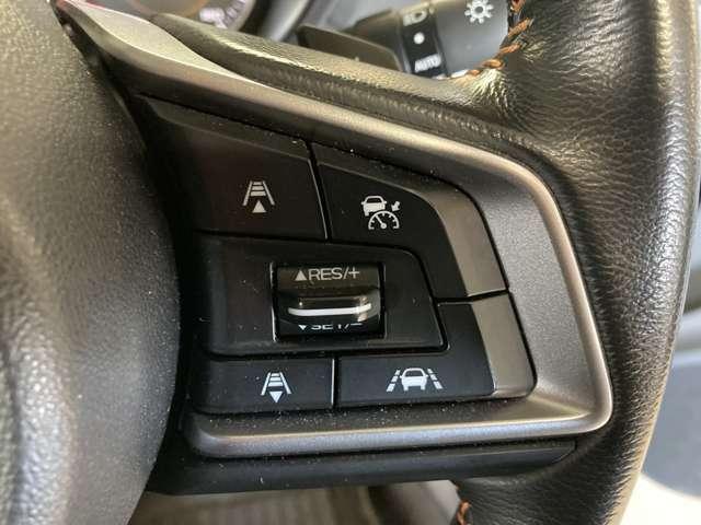 【レーダークルーズコントロール(全車速追従機能付 】車内前方に装備されたカメラで先行車を認識し、車速に応じた車間距離を保ちながら追従走行を支援します。