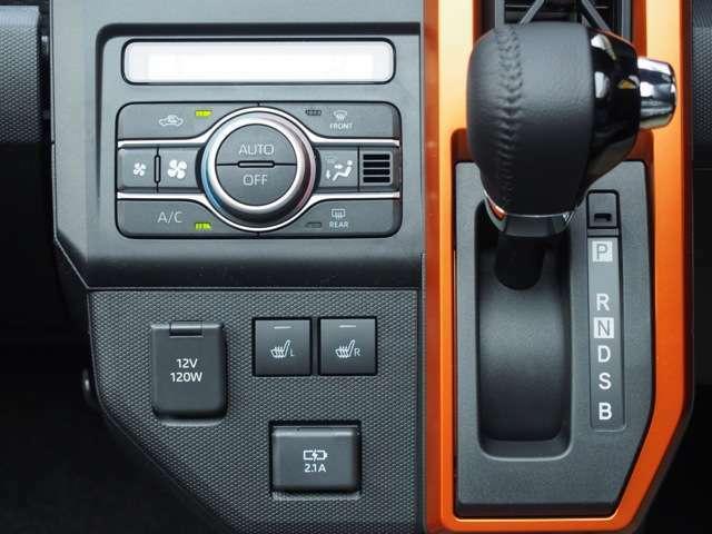 フロントの2席はシートヒーター付いてますよ♪充電用USB端子も付いてます♪♪
