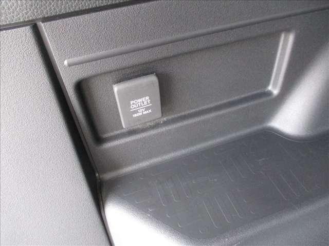 荷室に便利な12Vシガソケットも装備。(^^)/