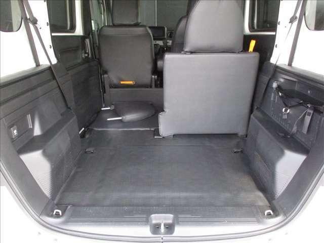 分割でシートが倒せ片側には人、もう片側にはお荷物が積めて便利です。