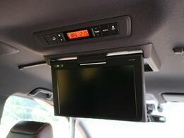 後席の方も、快適にドライブをお楽しみいただけるリアモニターを装備しております☆DVDやテレビなど、走行中でも再生可能です。お子様にもご好評いただけるかと思います。