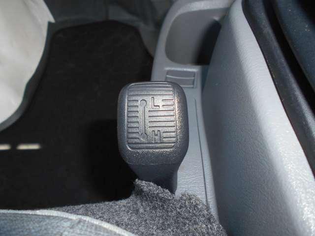 4WDのセレクトレバー付き。