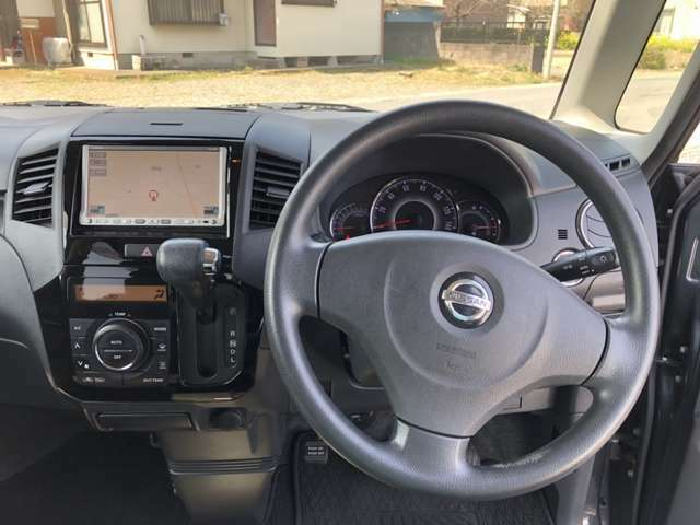 運転席のコックピットです。エアコンもしっかり作動いたします。