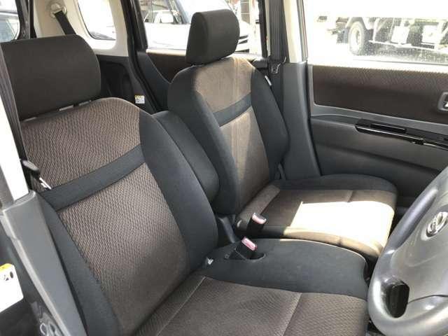 キレイな運転席のシートがベンチシートですので使い勝手が良いです。