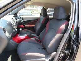 ブラック基調の内装に赤いパネルやシートのステッチなど、お洒落な内装です。タバコ臭などの嫌な臭いもなく、きれいな内装です。