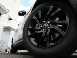 20インチブラックホイール装備!力強さと重厚感を感じさせる立体感のあるスポーク、車体全体のバランスを考慮した洗練されたデザイン性でディスカバリーの魅力を際立たせます!