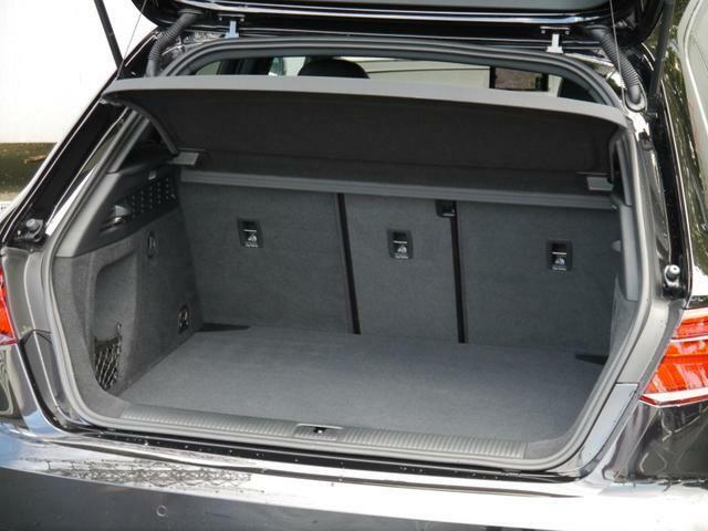 奥行きがあり容量十分なトランクスペースは後席を倒してトランクスルーも可能です。