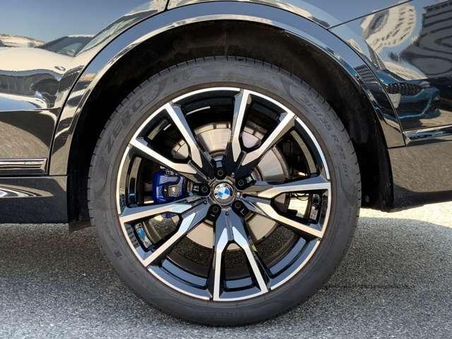 【Mブレーキ】ダークブルーにペイントされたMロゴ入り対向ピストンブレーキキャリパーを備えた大型のブレーキディスコを装着したMスポーツブレーキ☆