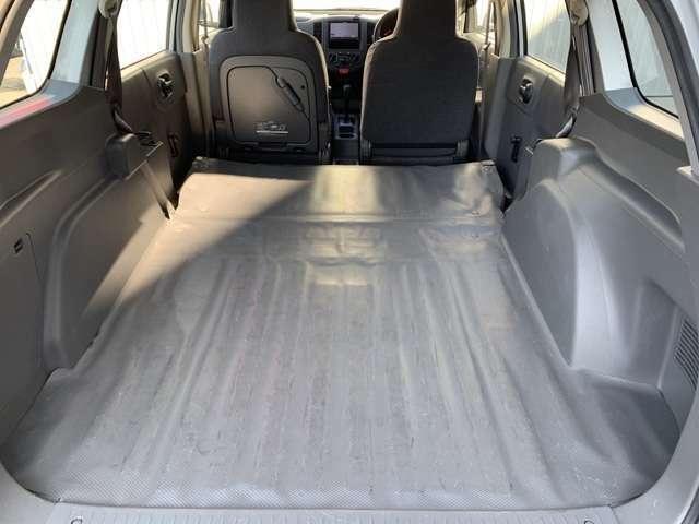 後部席を倒すと使いやすいフラットな状態に☆大きめの荷物を積むのに便利です☆