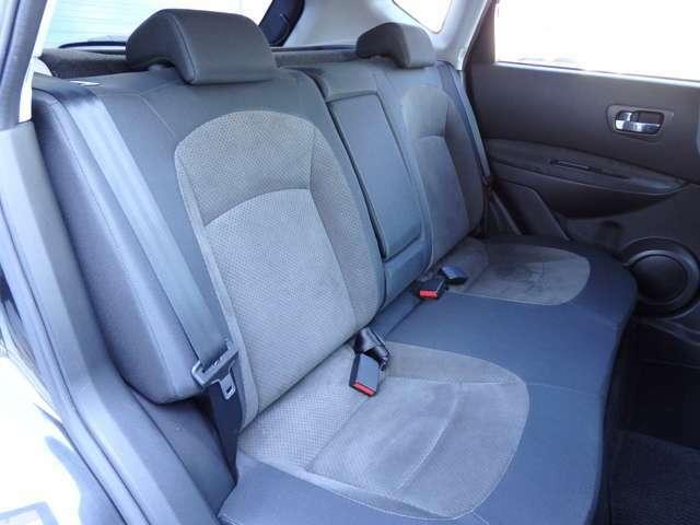 広々ベンチシートでゆったりと座れるスペースが確保されています(*'▽')