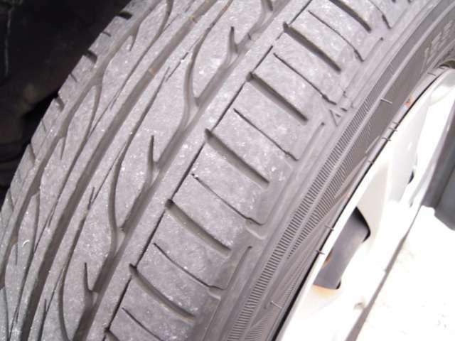 タイヤ溝の状態は良好