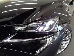 特徴的な形状のLEDヘッドライトは、L字型のクリアランスランプとの連続性を高め、鋭さを強調!
