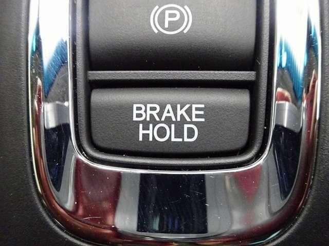 サイドブレーキの作動/解除はワンタッチで力要らず!更には坂道発進などで重宝するブレーキホールド機能付きです。
