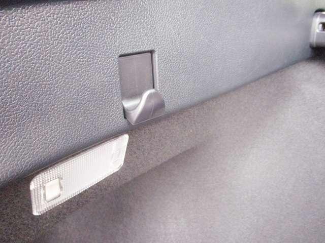 トランクの壁にはフックがついているのでフックに荷物をかけてトランク内での荷物の散乱を防止できます。