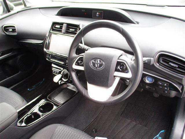 ハンドルから手を放さずナビやオーディオの操作ができるステアリングスイッチがついているので安心して運転ができます!