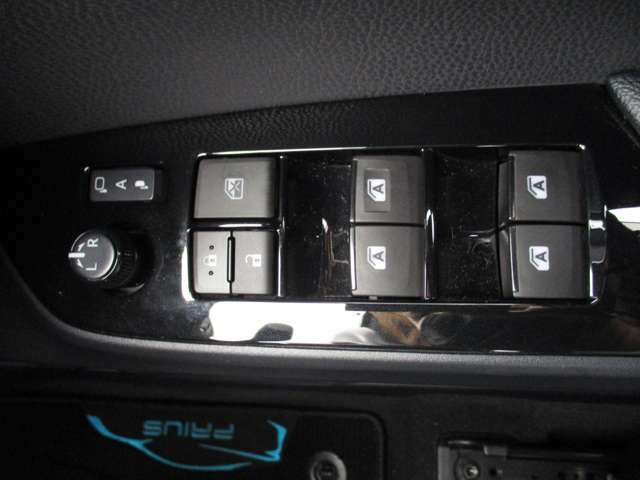 運転席の窓操作部分にはパワーウィンドウをはじめ便利な機能がたくさんついています。