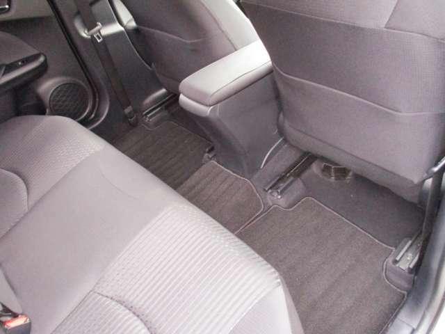 後部座席の足元もとても広いので窮屈でつかれる心配ありません。