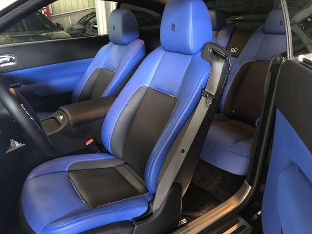 コバルトブルー&ブラックレザーシート シートヒーター、シートベンチレーション機能付きです。