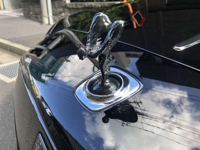 ロールスロイスの象徴、スピリット・オブ・エクスタシー 施錠と連動してボディ内部に格納されます