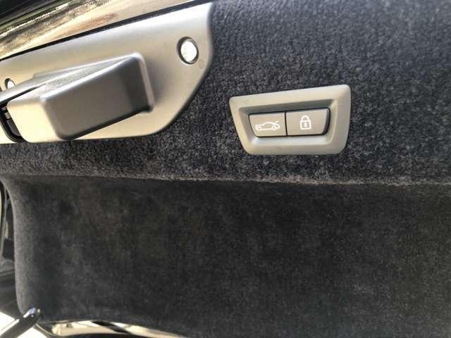トランクの開閉操作はボタンを押すだけで可能です。