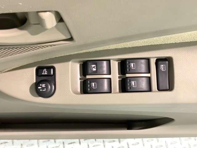 狭い駐車場で便利な電動格納ドアミラーが付いています。