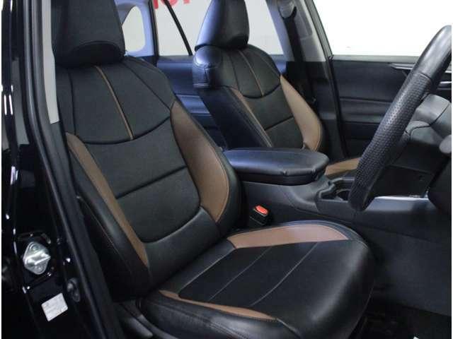 【運転席】ブラックを基調としたインテリアに社外シートカバー付きのシート。シートリフターで座面の高さを調整可能です。純正フロアマット付です。