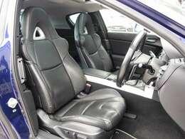 運転席は電動にて調整可能なパワーシートに黒革シート装備。切れや目立つような使用感も御座いません。お得な金額にてRECARO製やBRIDE製などのスポーツシートにも変更可能です。お気軽にご相談下さいませ