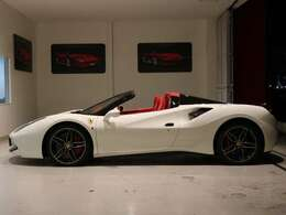 オープンスタイルでは外装の白と内装の赤のコントラストが素敵です。