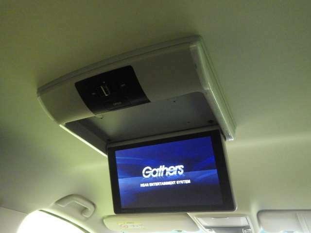 【リア席モニター】後ろに乗車している人を飽きさせません♪ フリップダウン式なので使わない時、モニターはコンパクトに収納出来ます。