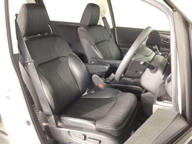 長時間の運転でも疲れにくいフロントシートです。さらにパワーシートで最適なドライビィングポジションを設定できます。