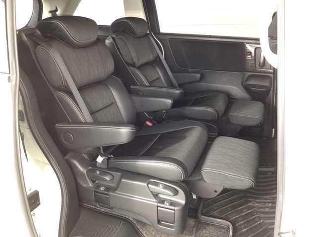 キャプテンシートのセカンドシートは、オットマン装備でゆったりと快適に座っていただけます。