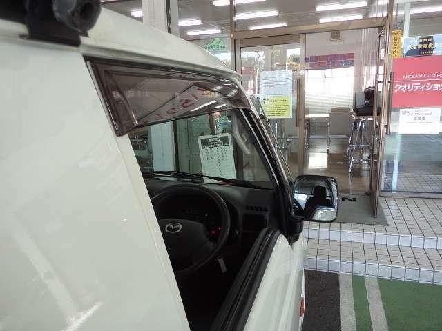 ドアバイザー 小雨時にもウインドウガラスを少し開けて、車内の換気ができます。
