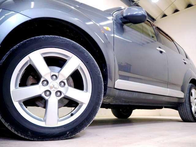 ホイルは純正18インチアルミホイルになります。タイヤは夏冬セットでお付けしますので、余計な出費もかさまず安心です。タイヤサイズ225-55-18。