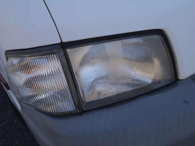 ライトに黄ばみや割れもなく透明感あります。