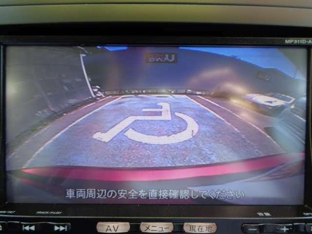 シフトレバ-を「R」にセットすると、後方の映像がモニタ-に表示。駐車をサポ-トするバックビュ-モニタ-。お問い合わせは03-5672-1023へ