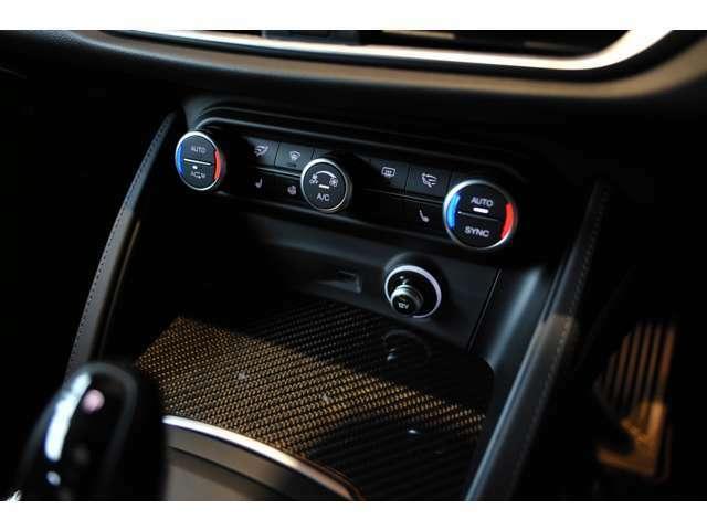 すっきりとしたスイッチ類は、運転しながらでも操作がしやすい仕様となっております。