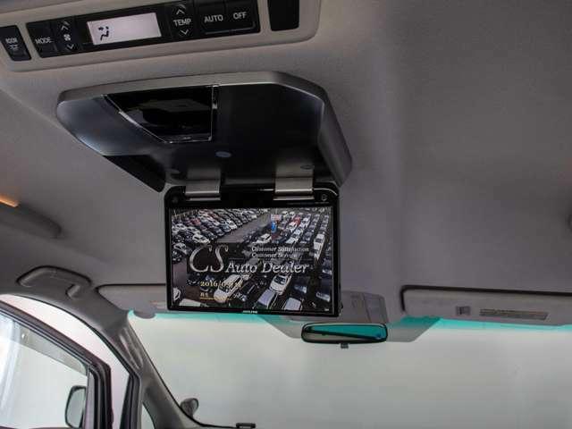 後席フリップダウンモニターは人気のALPINEを装備!大画面のモニターで後席の方もTV、DVDをご覧になれます!ドライブも大勢で楽しく行けますね!