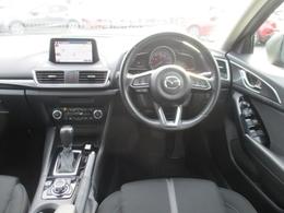 アクティブ・ドライビング・ディスプレイを装備。エンジンONでメーターフードの前方に立ち上がり、車速やナビゲーションのルート誘導など走行時に必要な情報を表示します。