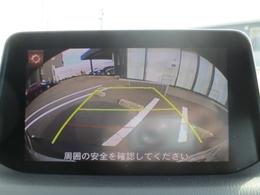 バックカメラを装備。センターディスプレイに映像を映し出し、バックでの駐車をサポートします