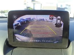 バックカメラ装備です。狭い場所での車庫入れや切り替えしの時など目で見て確認できるので便利ですね。