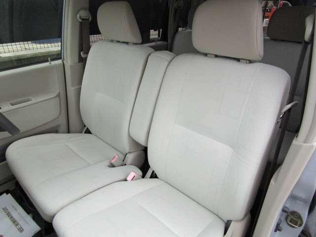 幅広くとったフロントシート、運転席足元の広さも自慢です。シートを前に出した状態でも窮屈さを感じさせないです。