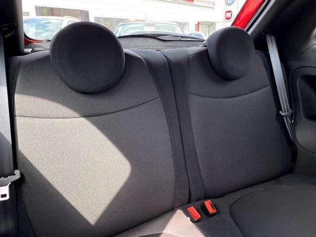 後部座席は意外に広く、大人二人座ることが可能です!足元のスペースも確保されています。