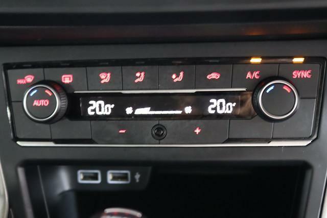 運転席と助手席の室温設定が別々にできるオートエアコン。空調設定は操作しやすいダイヤル式。