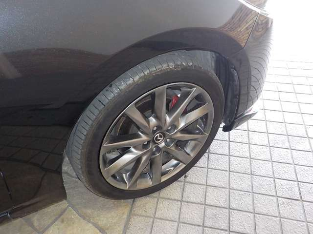 純正の18インチアルミホイールと現在のタイヤの目の状態をご確認ください!