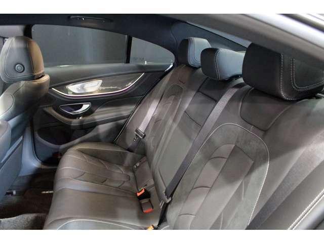 後席はゆとりあるスペースが広がりゆったりとお乗り頂けます。