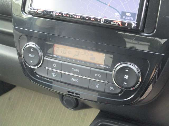 オートエアコン。車内を自動的に設定温度に調整します